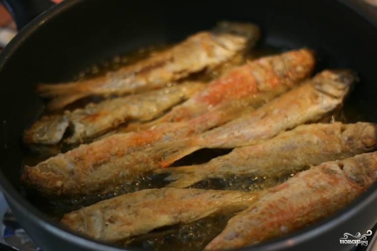 4. Когда с одной стороны рыбка подрумянилась достаточно, аккуратно переверните её и обжарьте со второй стороны.