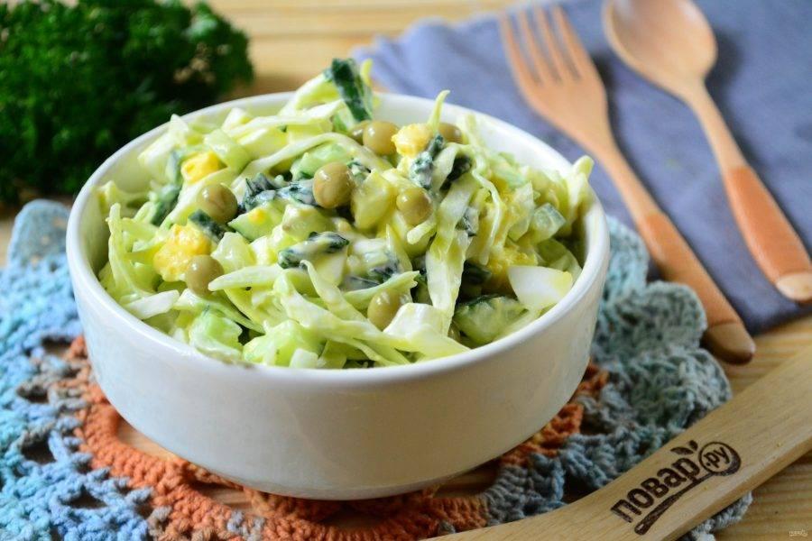 Салат из крапивы с яйцом и огурцом готов. Подавайте его, украсив консервированным горошком. Кушайте с удовольствием!