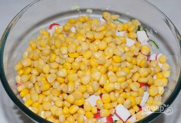 5. Соедините все в глубоком салатнике, добавьте кукурузу.