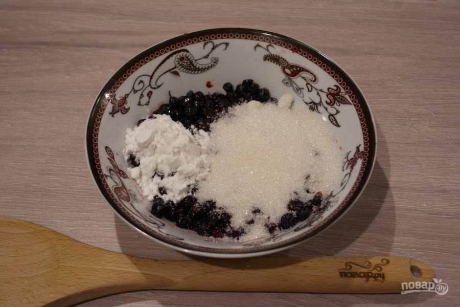 Соединете промытую чернику с сахаром, добавив пару ложек крахмала, чтоб при запекании пирог не поплыл от обилия сока черники.