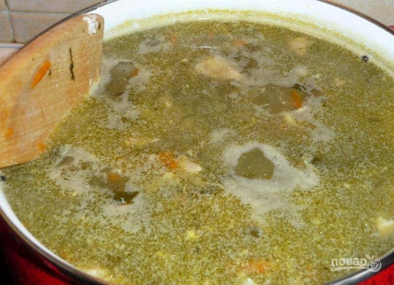 Через 7 минут в кастрюлю добавьте щавель, лавровый лист и перец. Суп перемешайте и продолжайте варить.