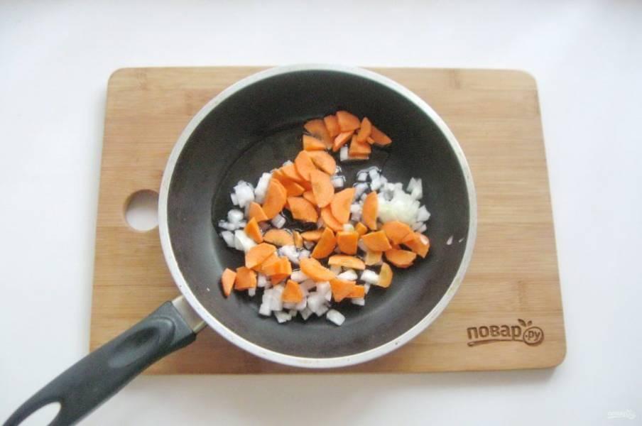 Морковь и лук нарежьте некрупно и выложите в сковороду.