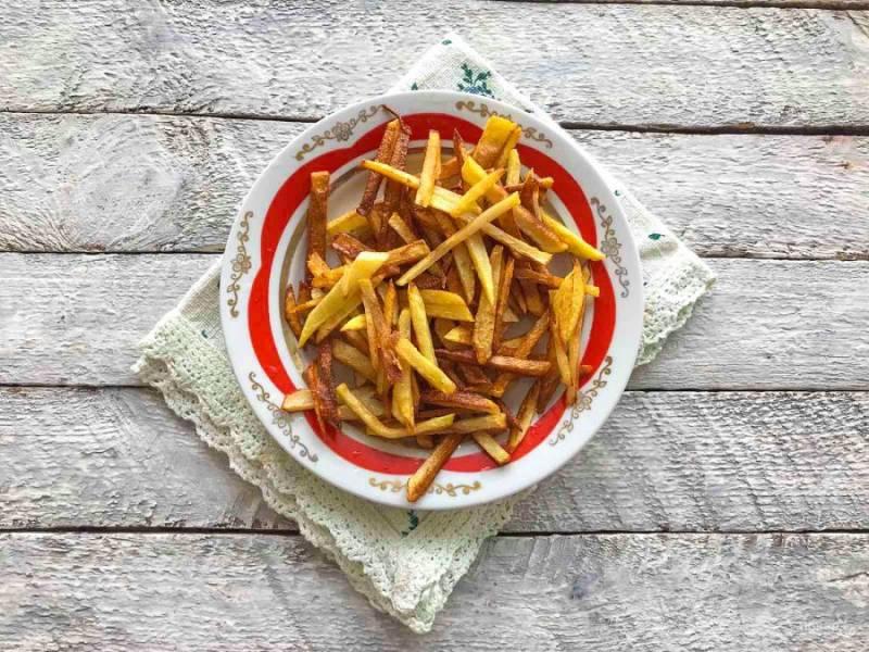 Картофель очистите от кожуры, хорошо помойте, мелко нарежьте и обжарьте порциями на сковороде с растительным маслом.