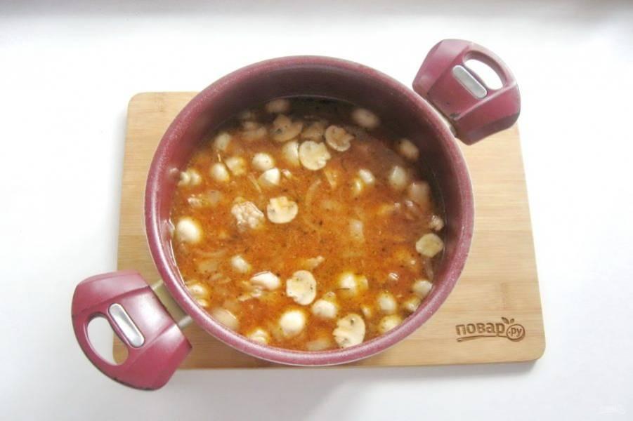 Влейте приготовленный соус в кастрюлю со свининой и грибами.
