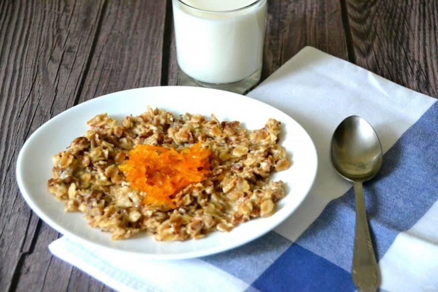 Подавайте жареную овсянку с вареньем, джемом, свежими ягодами, в данном рецепте в качестве дополнения использован морковный джем. Благодаря обжарке хлопьев, каша приобрела приятный ореховый вкус и аромат.