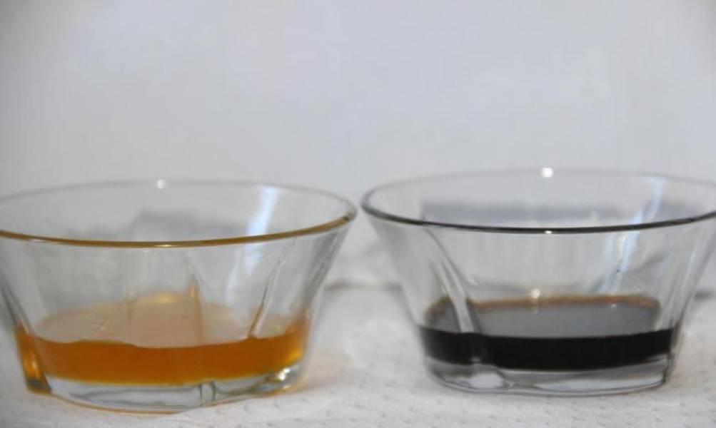 2. Выжмите сок из половинок лимона и апельсина. Также подготовьте соевый соус (добавляя его по рецепту приготовления запеченной рульки в рукаве, будьте осторожны с солью!).