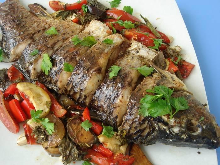 4. Классический рецепт линя с овощами выглядит именно так. Перед подачей можно порезать рыбу порционно - так блюдо будет выглядеть красивее, эстетичнее и аппетитнее на блюде. По желанию, можно приготовить линя с грибами и к основным овощам добавить кольца баклажанов.