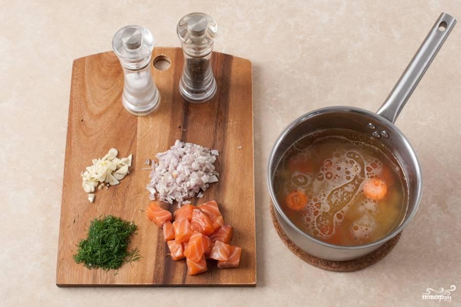 В кипящий бульон закидываем картофель и морковь. Солим, перчим и варим овощи на среднем огне около 15 минут.