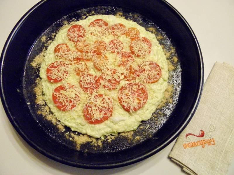 Затем поверх теста выложите помидоры, также выложите лук, перцы или любую мясную или колбасную начинку по вкусу, посыпьте зеленью и тертым сыром.