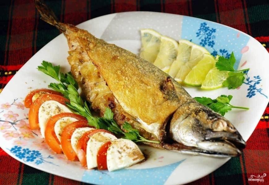7. Когда рыба будет готова, даем ей немного остыть прямо в фольге, после чего подаем к столу вместе с зеленью или свежими овощами.