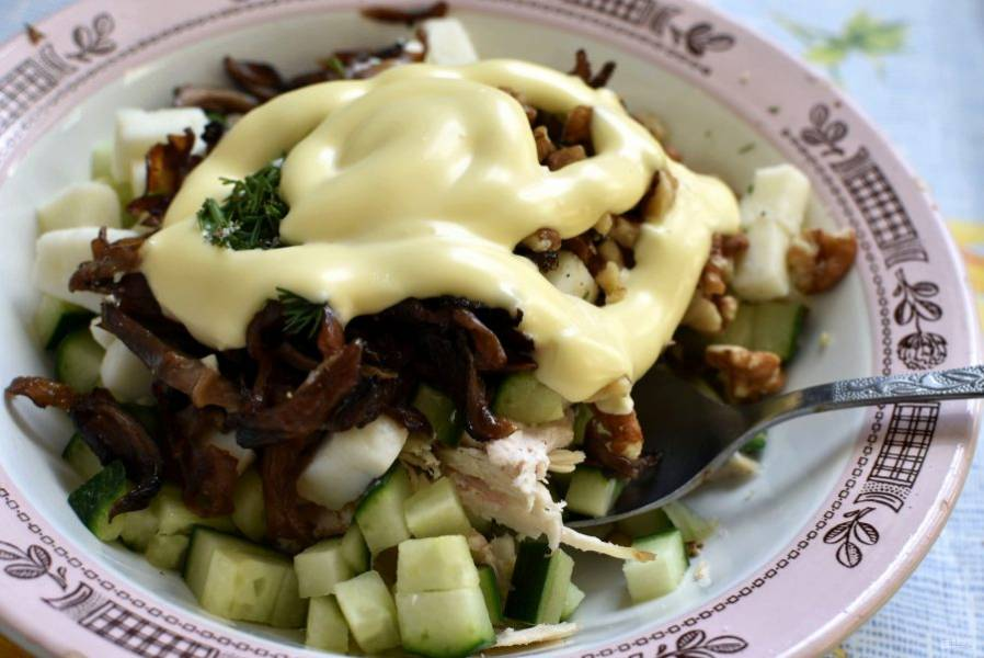 Поперчите по вкусу и заправьте салат майонезом.