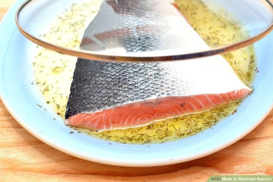 Накройте рыбу и оставьте мариноваться 15 минут. Спустя указанное время переверните лосося и оставьте его еще на 15 минут.