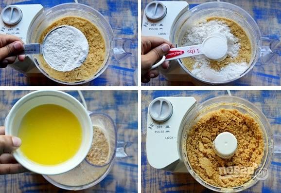 1. Измельчите сладкие крекеры в чаше блендера в мелкую крошку. Затем смешайте их с мукой, сахаром и растопленным сливочным маслом.