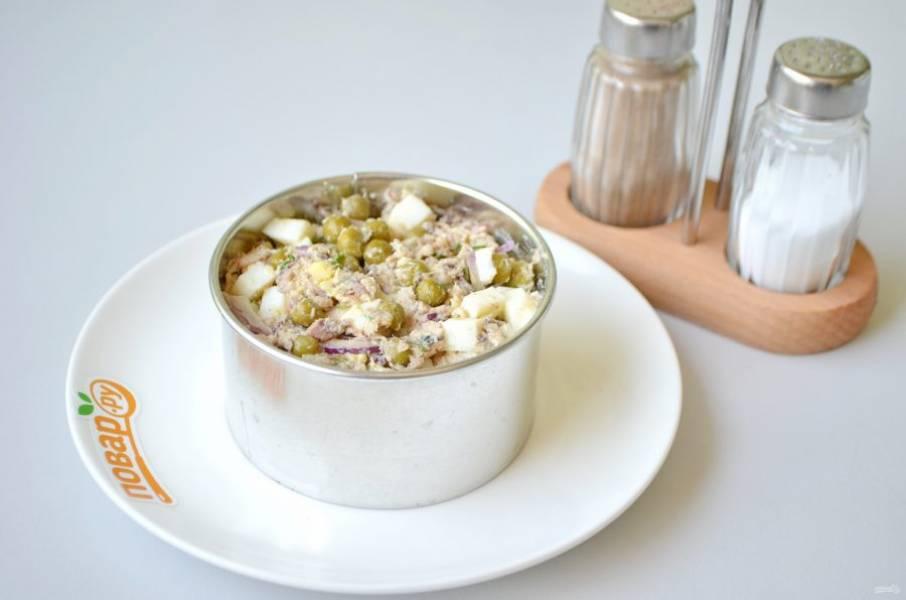 7. Поставьте на тарелочки сервировочные кольца, наполните их салатом, снимите с помощью пресса. Украсьте зеленью и к столу!