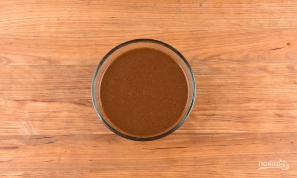 2. Сделаем маринад: смешаем соевый соус, мед, горчицу и специи, и маринуем мясо в этой смеси хотя бы час, а лучше - еще дольше.