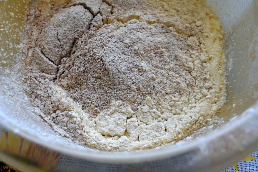 Просейте в яичную смесь три вида муки и добавьте разрыхлитель с солью. Перемешайте.