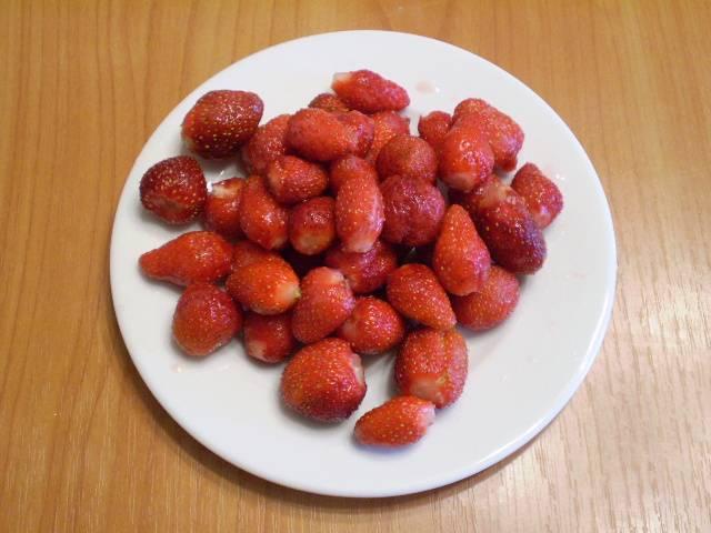 2. Клубнику нужно перебрать, испорченные и гнилые ягоды не годятся в компот, оборвать хвостики и вымыть.