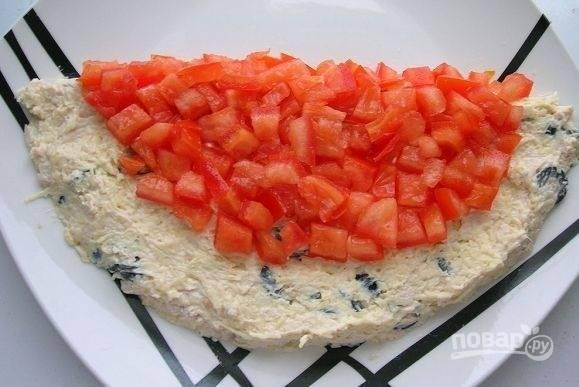 4. Выложите помидор, имитируя мякоть арбуза.