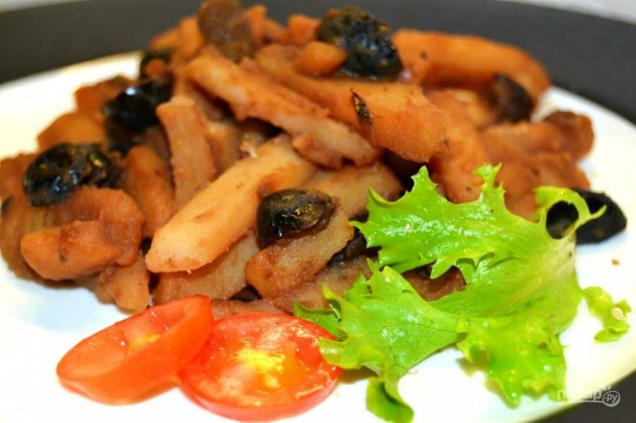 7.Немного остудите блюдо и подавайте со свежей зеленью и овощами.