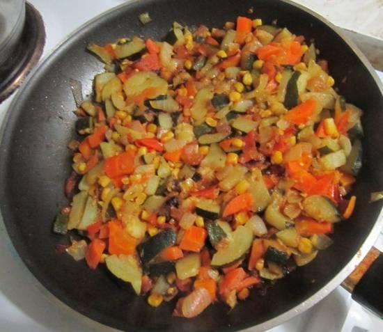 1. На сковороде обжарим отдельно все овощи, и отдельно - измельченные шампиньоны. Специи - по вкусу. Чуть остудим и соединим содержимое двух сковородок.