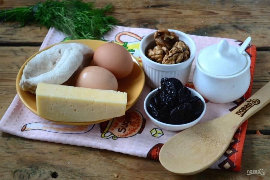 Подготовьте все необходимые ингредиенты. Куриное филе отварите в подсоленной воде до готовности. Яйца отварите вкрутую, а грецкие орехи подсушите в разогретой духовке в течение 5 минут.