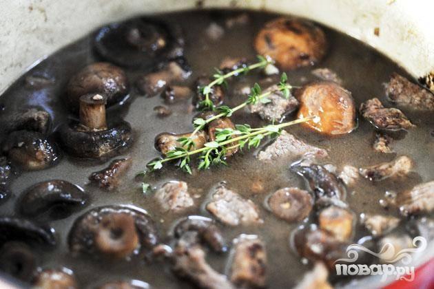 4. Добавить в сковороду обжаренную говядину. Уменьшить огонь до минимума. Добавить веточки тимьяна.