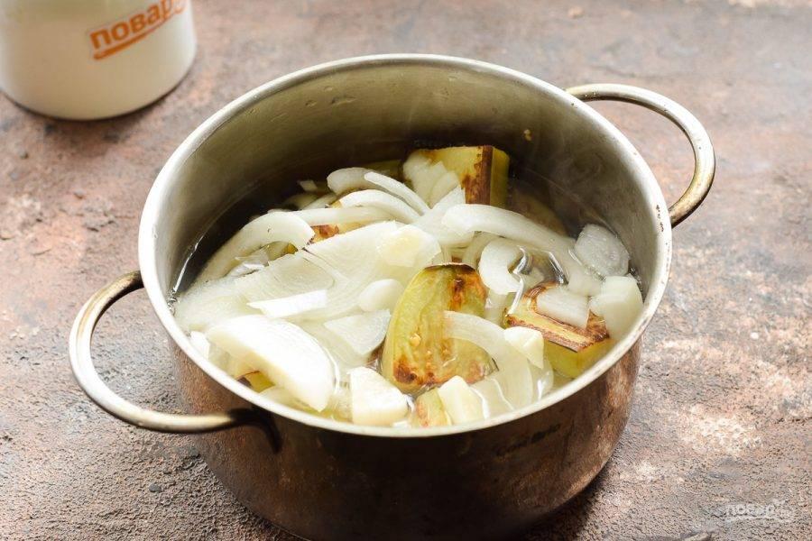 Приготовьте маринад из воды, соли, сахара и уксуса, по желанию добавьте специи для шашлыка. Залейте маринад в кастрюлю.