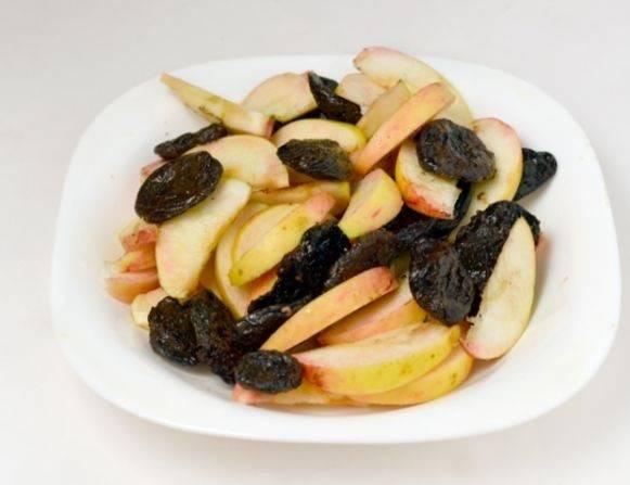 Чернослив и яблоки тщательно промываем. Яблоки нарезаем дольками.
