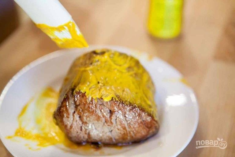 2.Выложите мясо на тарелку и оставьте для остывания, затем смажьте горчицей.