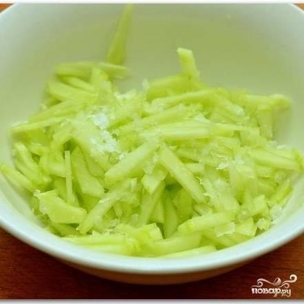 Кладем нарезанные кусочки огурцов в тарелку, присыпаем солью, перемешиваем и отставляем.