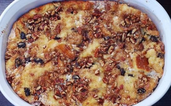 4. Выкладываем хлебную смесь в кастрюлю, наверх заливаем карамелью с орехами. Выпекаем 50 минут.