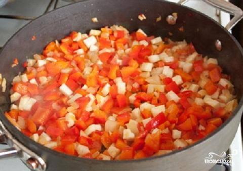 1.Мясо промойте  и нарежьте на небольшие кусочки.  Теперь вощи промоем и почистим. Порубим мелко лук. Перец нарежем маленькими кубиками. Острый перец мелко порубим. Корни сельдерея нарежем небольшими кубиками. Обжарить до прозрачности лук и добавить перец сладкий и острый, и сельдерей. Жарить все вместе около 5 минут.