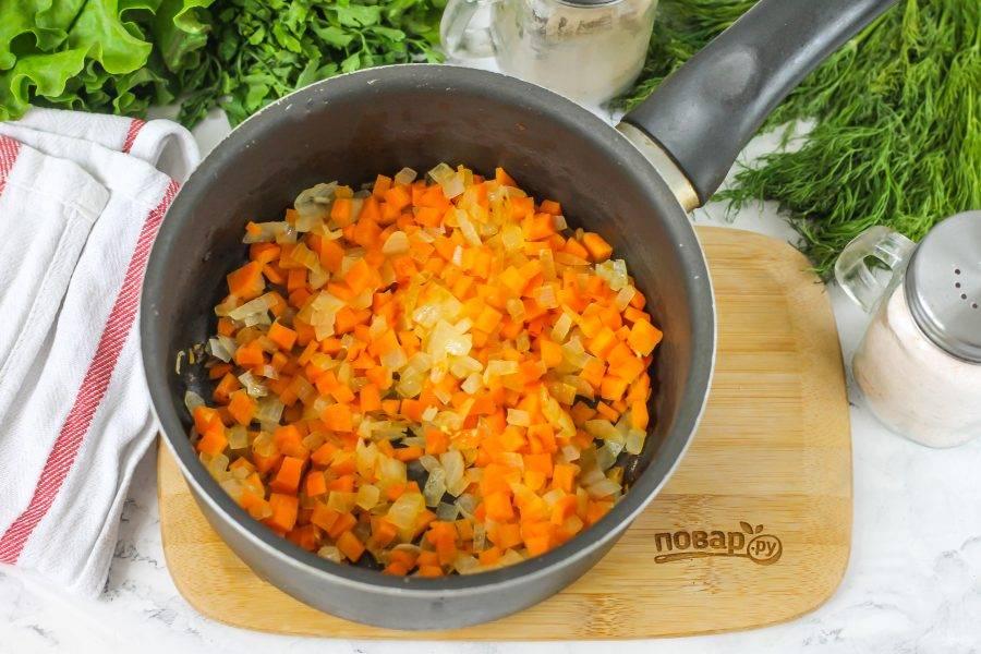 Обжарьте овощи примерно 3-4 минуты до мягкости, но не зажаривайте их.