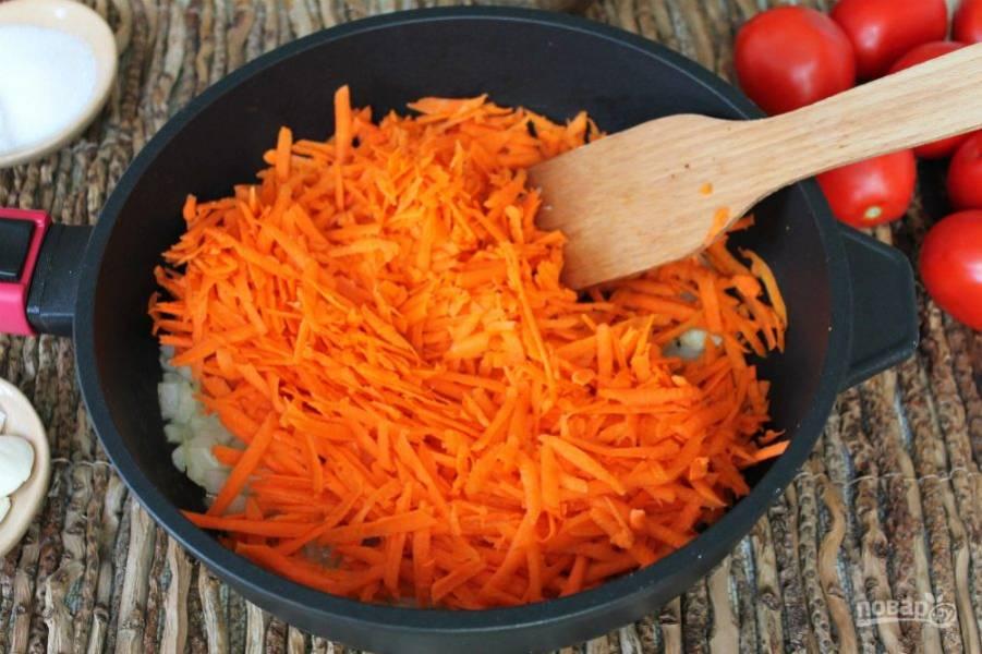 Добавляем морковь натертую на крупной терке.
