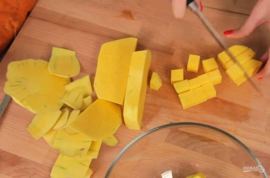 1. Для начала очистите тыкву от кожуры и нарежьте на небольшие кубики. Натрите на крупной терке морковь, мелко нарежьте луковицу и имбирь.