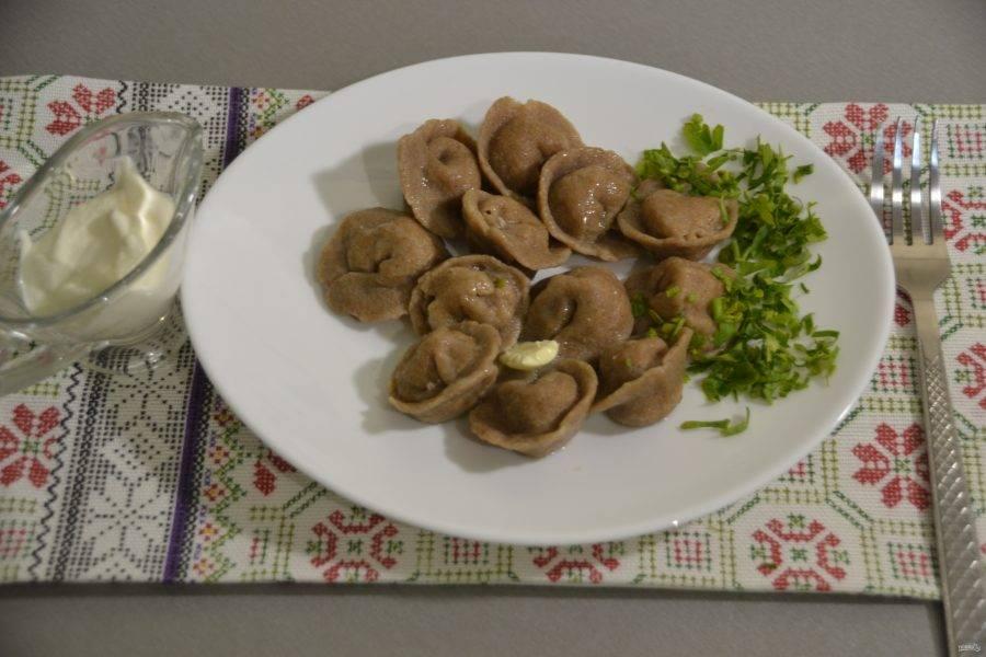 Отваривайте пельмени обычным образом в подсоленной воде с лавровым листом. С момента закипания варите минут 10, подавайте со сметаной и зеленью.