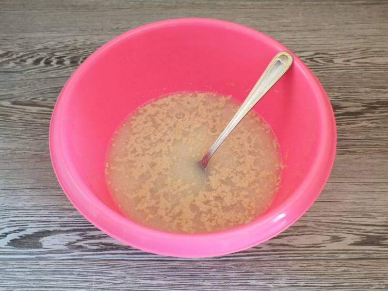 в глубокой чаше соедините теплую воду, соль, сахар и дрожжи. Перемешайте.