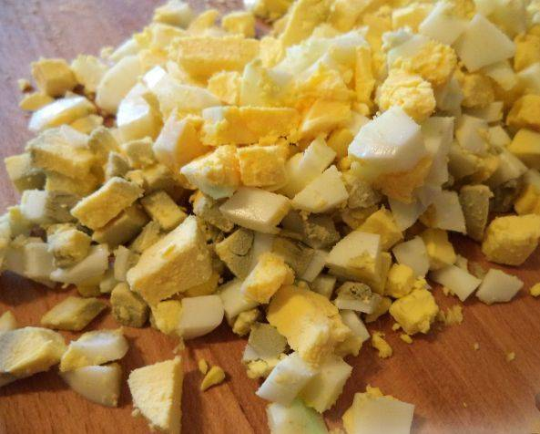 3. Отвариваем яйца, даем им остыть в холодной воде и нарезаем мелкими кубиками.