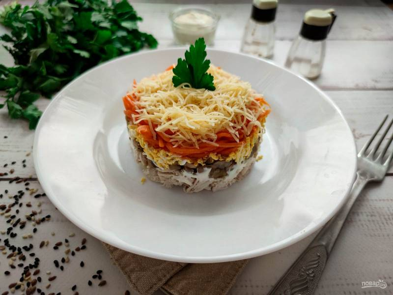 Слоеный салат с корейской морковью, курицей и грибами