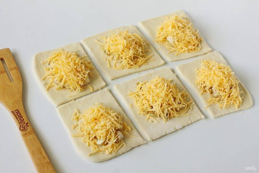 Обильно посыпьте начинку тертым сыром.
