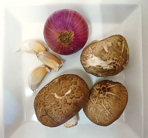 2. Грибы могут стать равноправным ингредиентом начинки или лишь слегка дополнять вкус мяса. Использовать можно абсолютно любые грибы, которые есть под рукой (как свежие, так и замороженные). Луковицу, грибы и чеснок очистить и нарезать мелкими кубиками. В рецепт приготовления каннеллони с грибами и фаршем можно использовать также другие овощи.