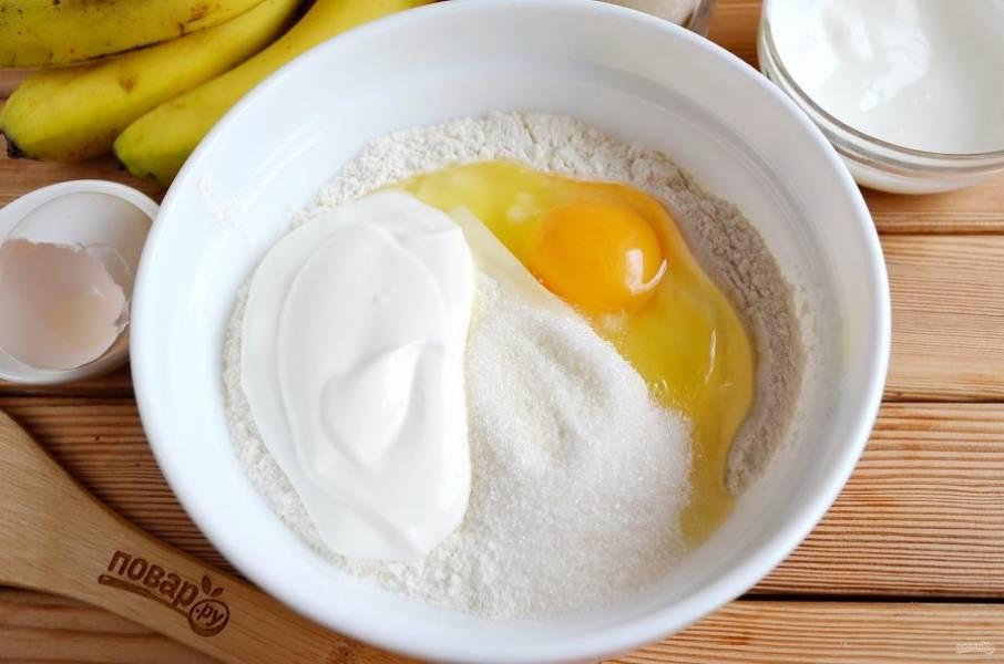 Сливочное масло достаньте из холодильника заранее, чтобы оно было мягким, комнатной температуры. Соедините муку с разрыхлителем, сахаром, яйцом, сметаной.