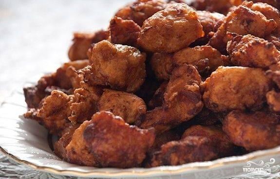 Готовую обжаренную курицу выложите на тарелку, застеленную бумажными салфетками, чтоб убрать лишний жир.