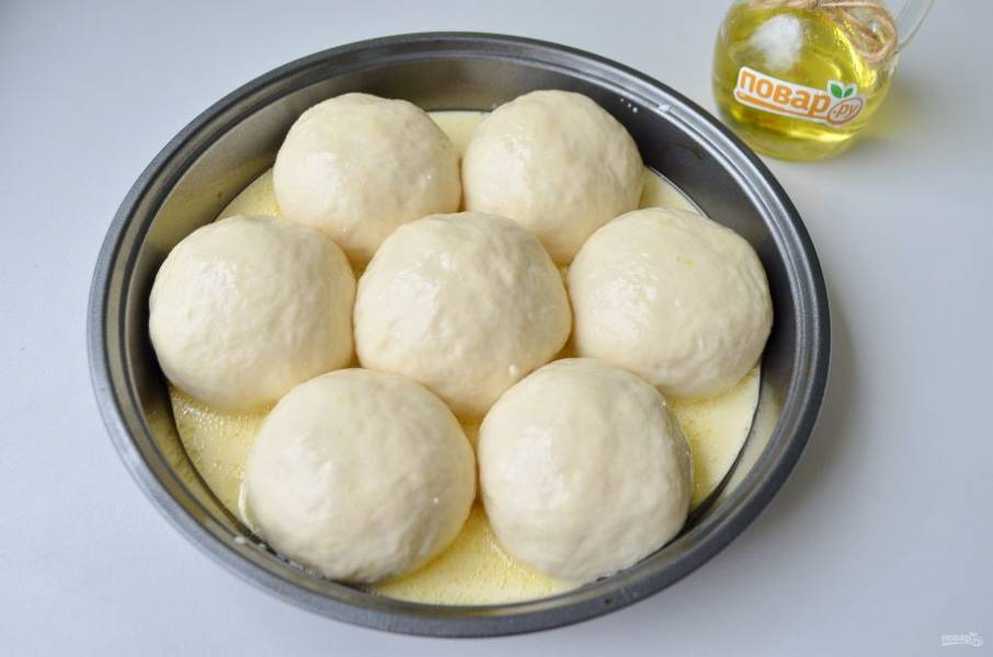 11. Залейте этой смесью булочки. Поставьте в горячую духовку (190 градусов) на 30-40 минут.