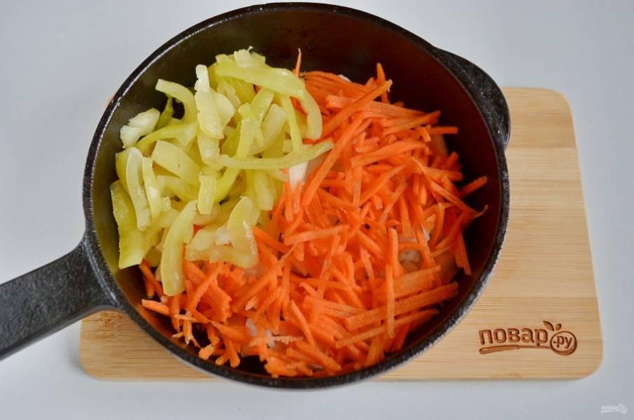 5. Положите тертую морковь и порезанный соломкой перец в зажарку, жарьте овощи до мягкости.
