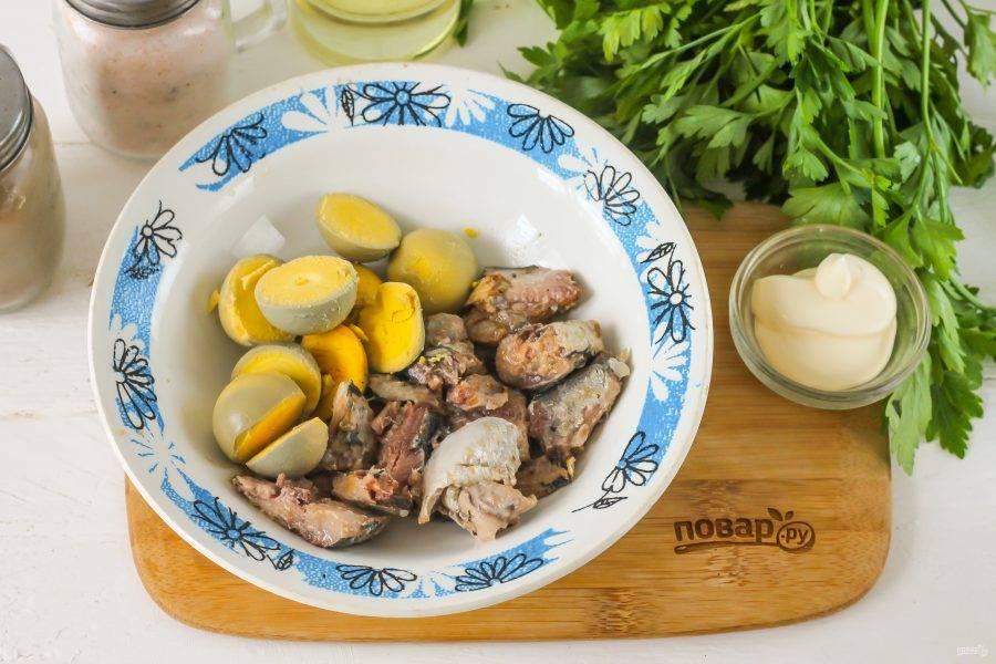 Извлеките желтки и выложите в глубокую емкость. Туда же добавьте сардины, стряхивая масло или маринад. Если вы не любите майонез, то влейте в емкость несколько ложек масла, в котором хранились кусочки рыбы.