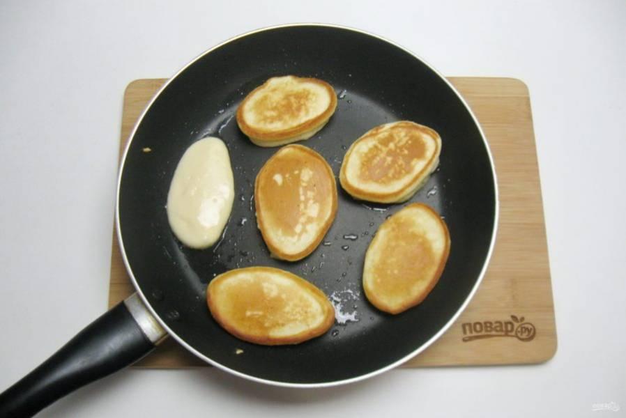 Обжаривайте оладьи с обеих сторон до золотистого цвета.
