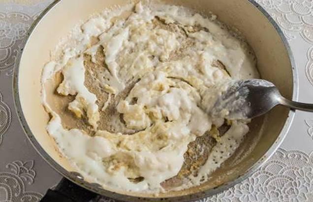 На сухой сковороде обжариваем ложку муки, добавляем ложку сливочного масла. Как только растопится масло, добавьте сметану. Тщательно перемешайте.