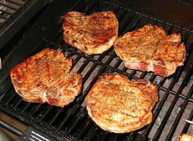 4. Отбивные отправить на гриль и обжарить при высокой температуре до появления корочки (буквально 2-3 минуты), а затем довести до готовности при более низкой температуре. Можно использовать также сковороду-гриль.