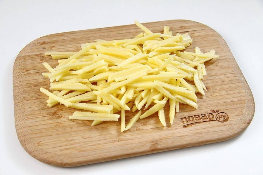 Картофель нарежьте соломкой.